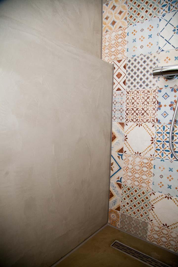 Van der looy combinatie van tegels en betonlook - Badkamer in m ...