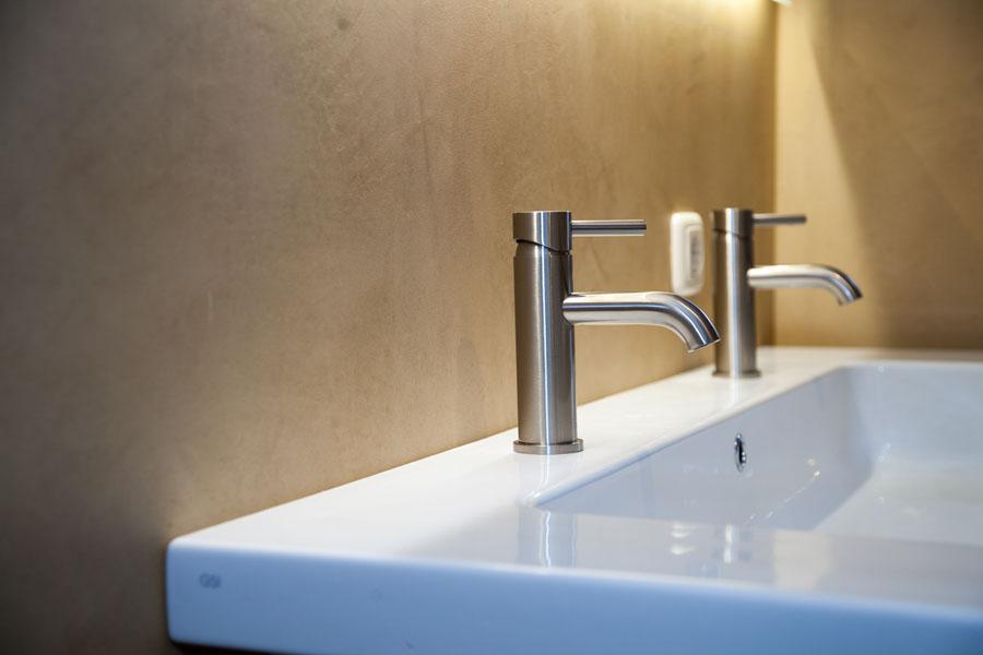 Badkamer met betonlook wanden en vloer